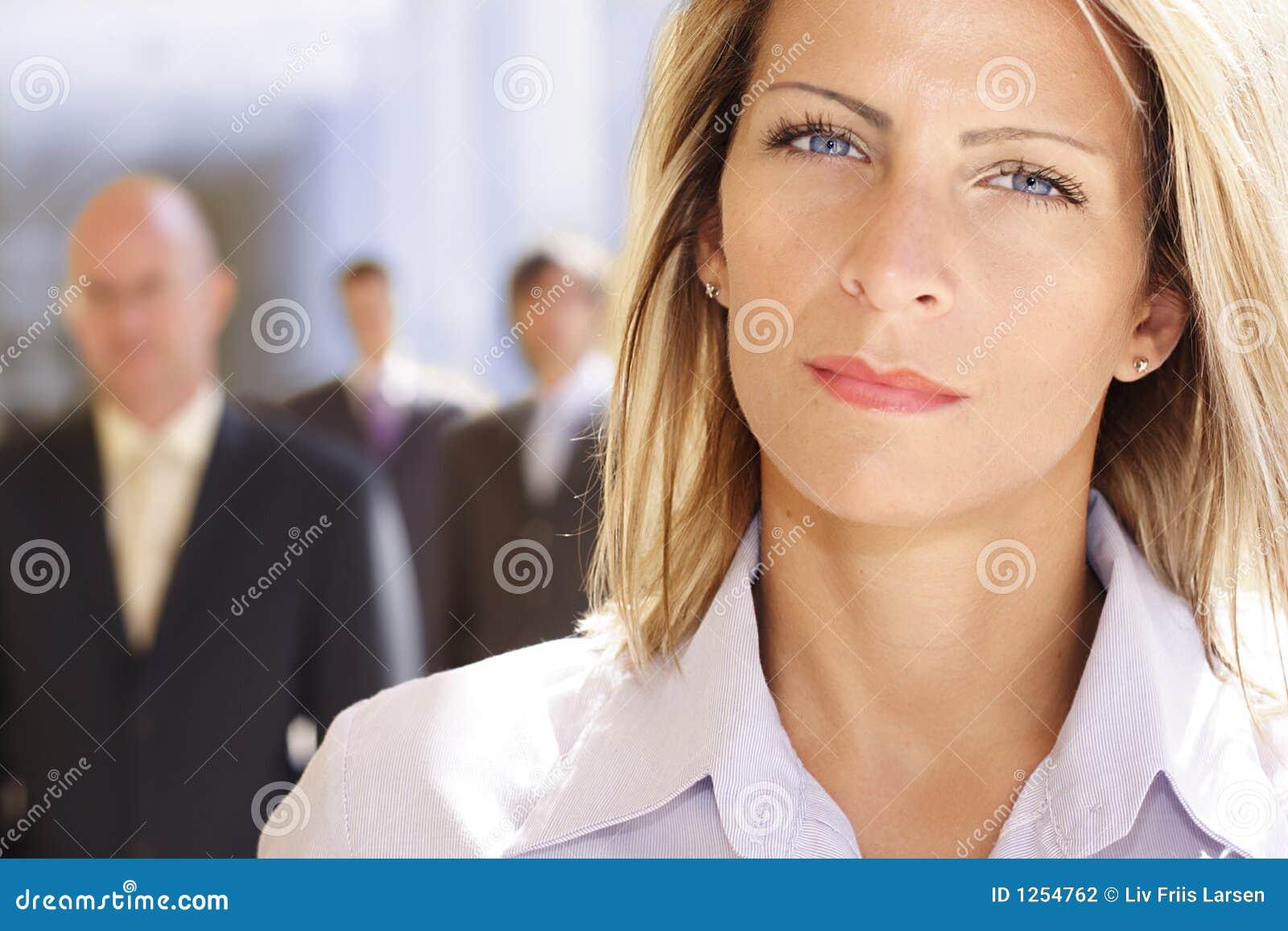 Ambitiös attraktiv affärskvinna