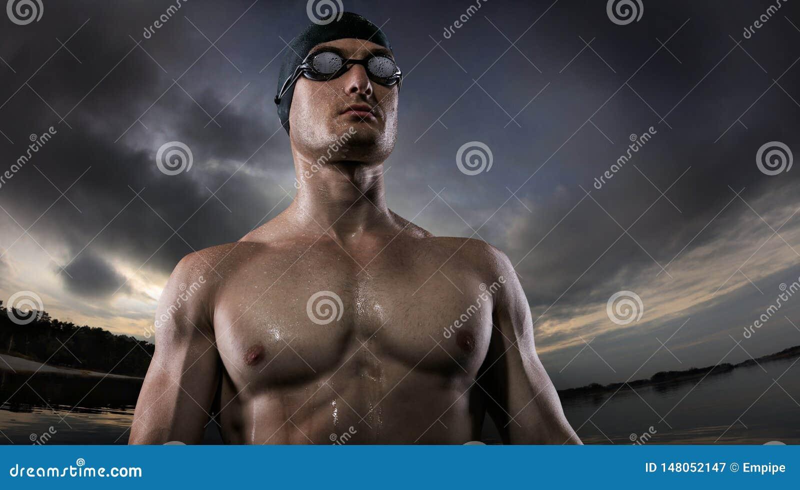 Ambiti di provenienza di sport Giovane condizione atletica del nuotatore vicino al fiume di tramonto
