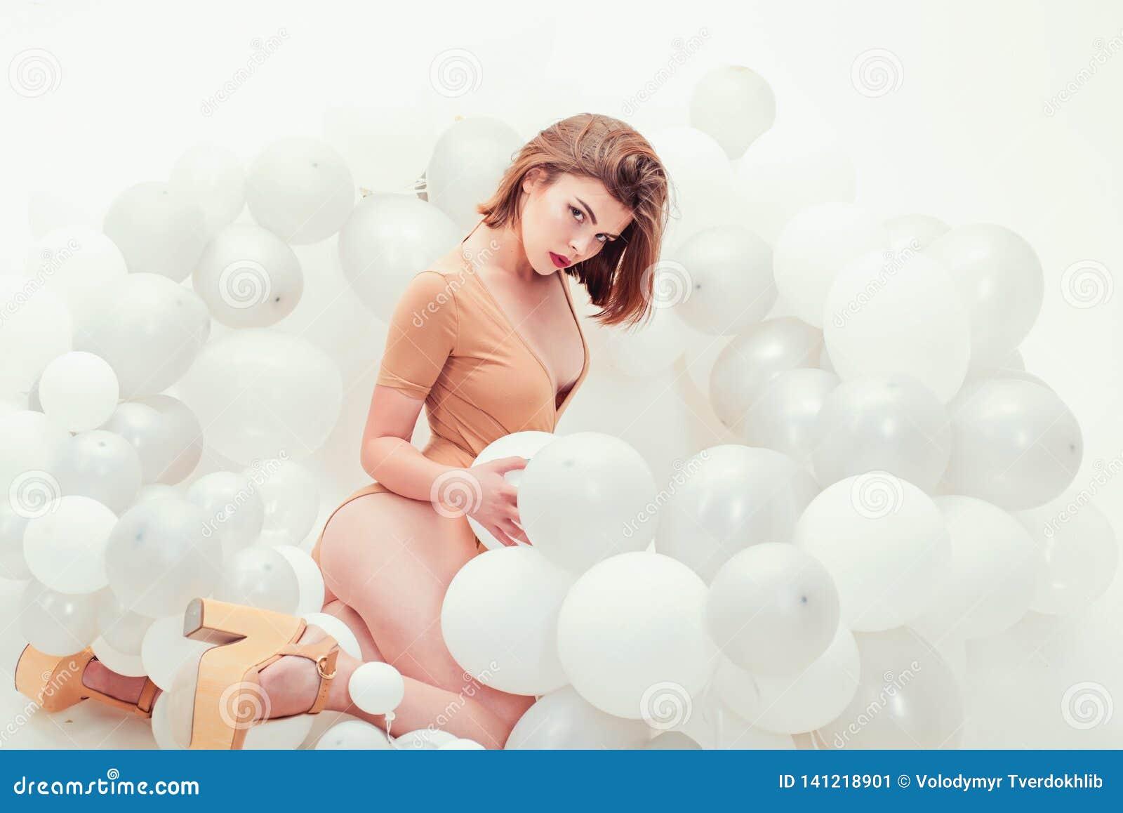 Ambitieux Et Beau Femme Dans Des Ballons De Partie Joyeux Anniversaire Jolie Fille Celebration De Partie Avec Des Ballons Femme Image Stock Image Du Dans Femme 141218901