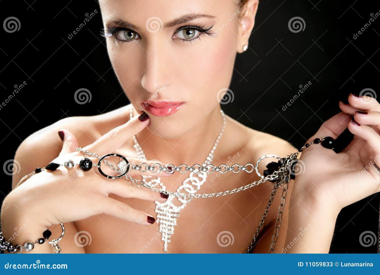 Ambition et gourmandise dans le femme de mode avec le bijou