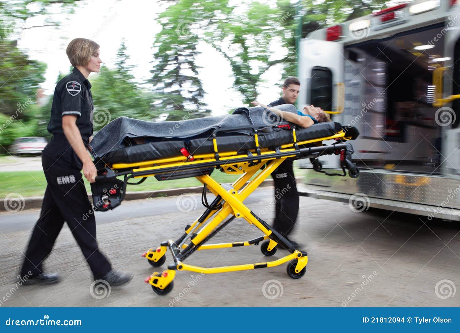 Ambulansen rusar