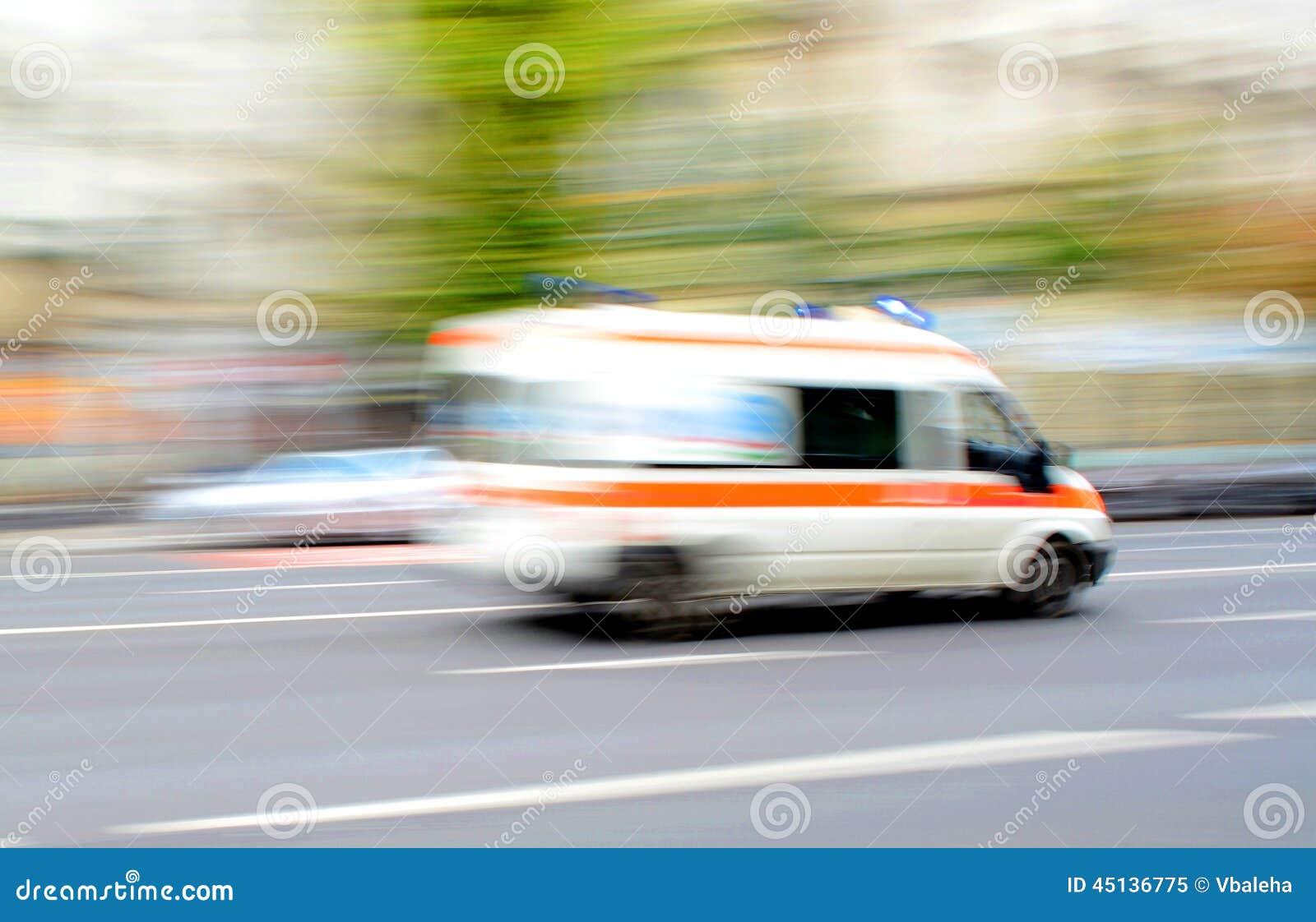 Ambulanza nel moto che guida giù la strada
