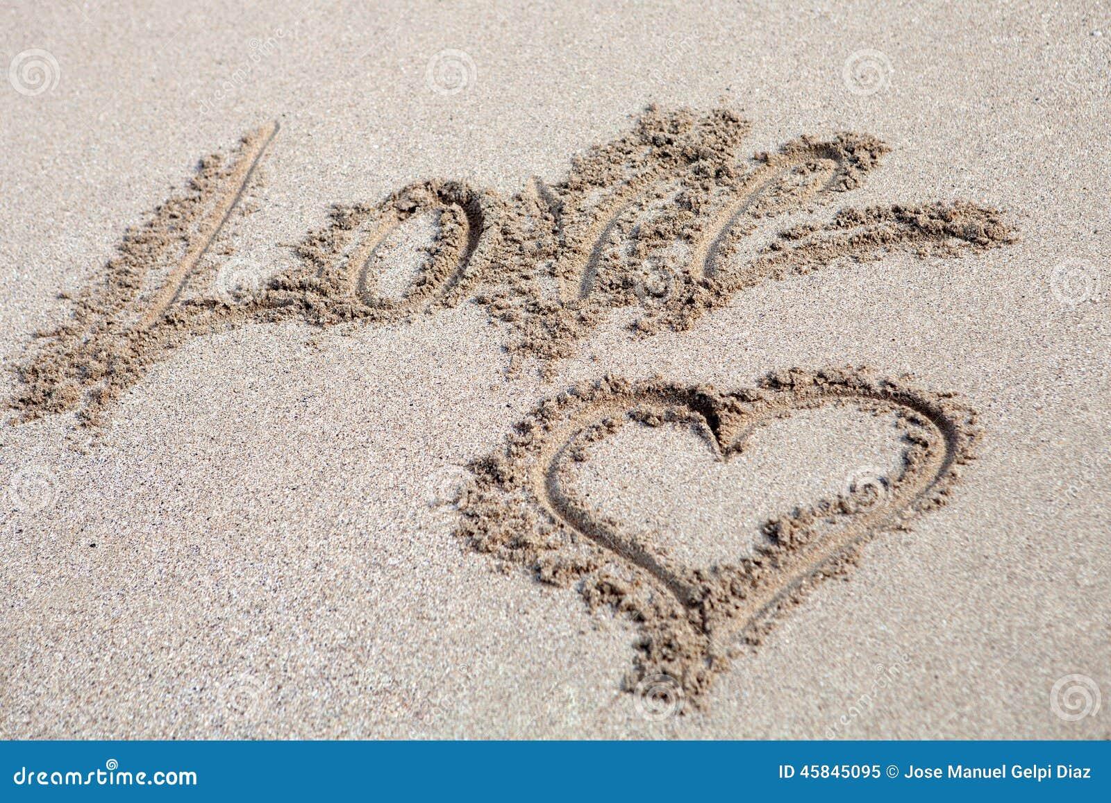 Amor Escrito En Arena: Ame Escrito En La Arena Con Un Dibujo Del Hogar Foto De