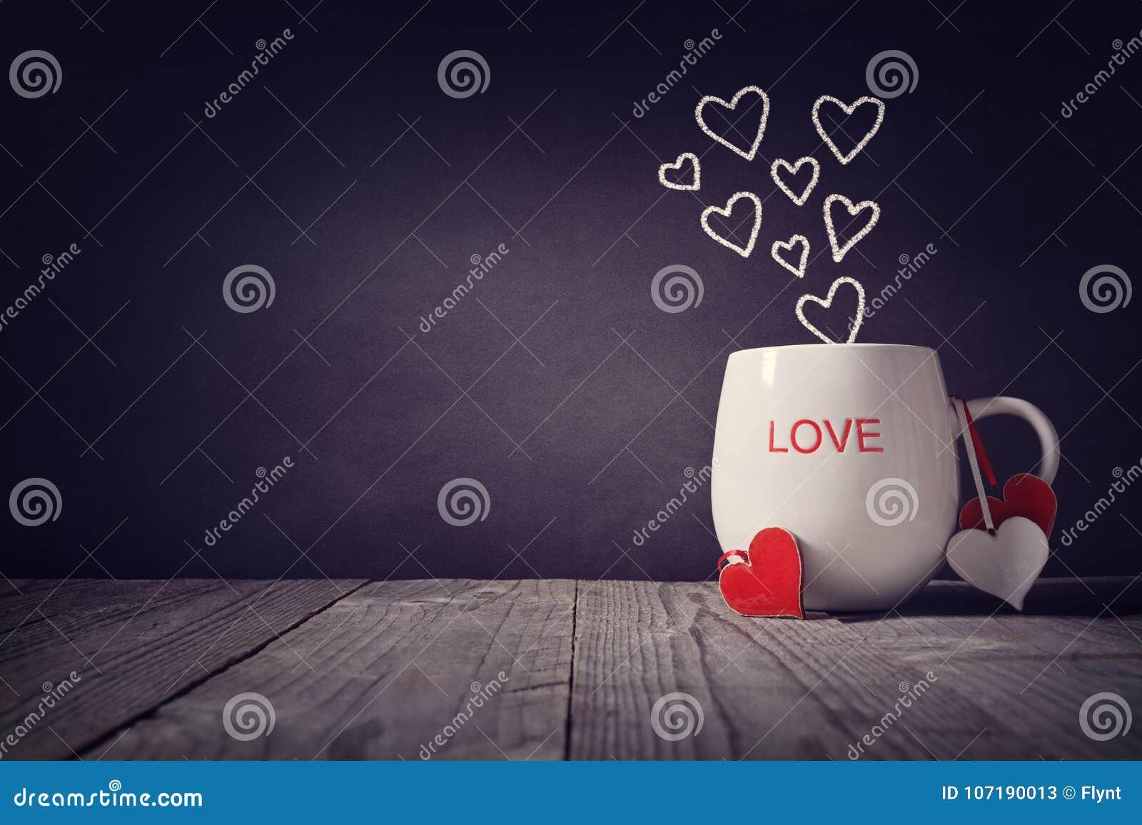 Ame escrito en un concepto de la taza para el día de tarjetas del día de San Valentín o el día de madres