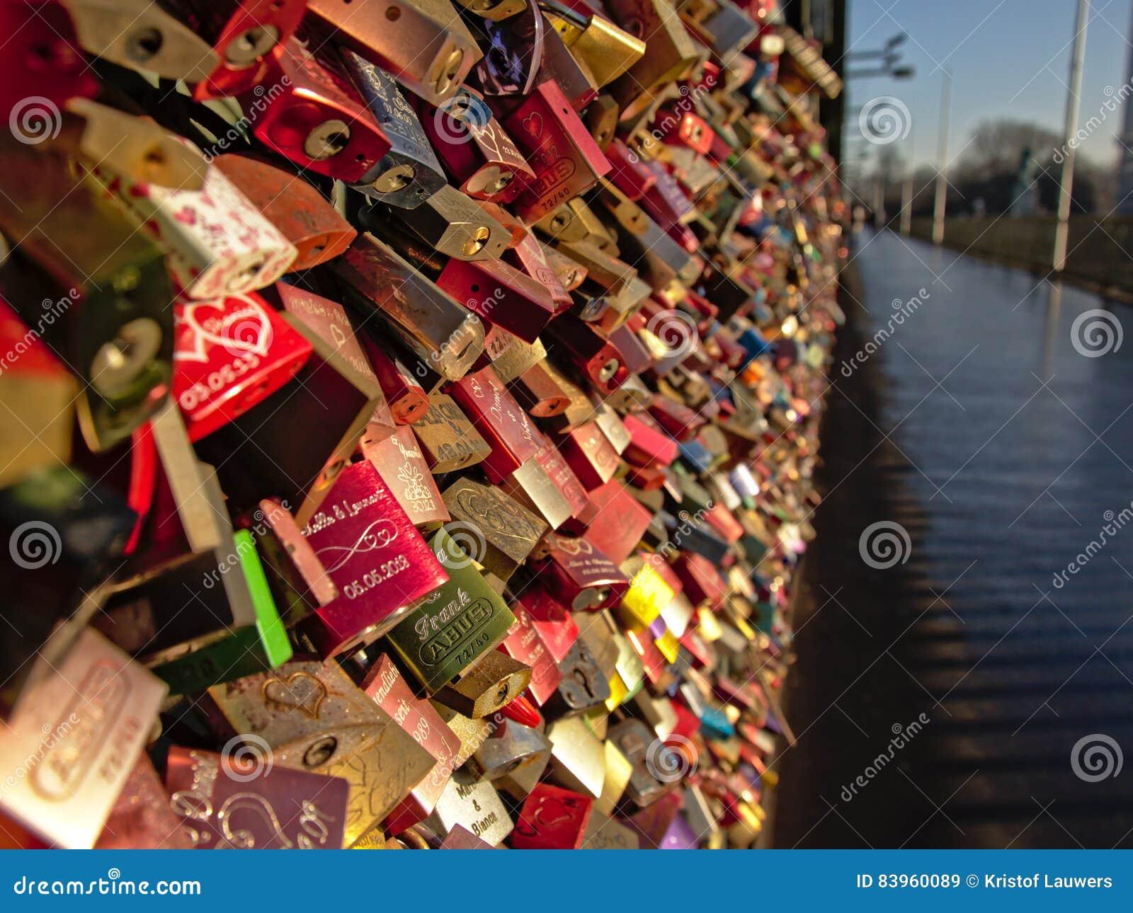 Ame fechamentos na ponte railway de Hohenzollern, água de Colônia, foco seletivo
