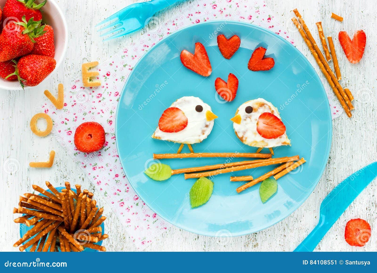 Ame las crepes de los pájaros - desayuno romántico el día de tarjetas del día de San Valentín