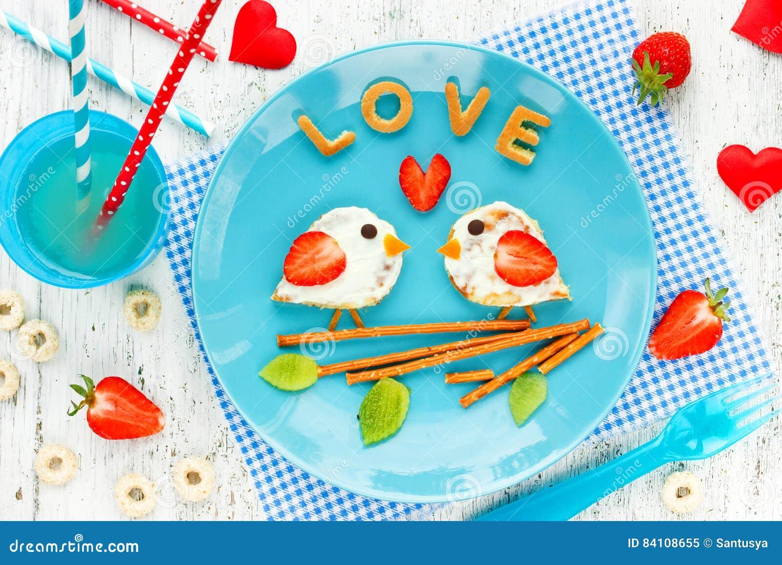 Ame las crepes de los pájaros - desayuno romántico el día de tarjetas del día de San Valentín Creatina