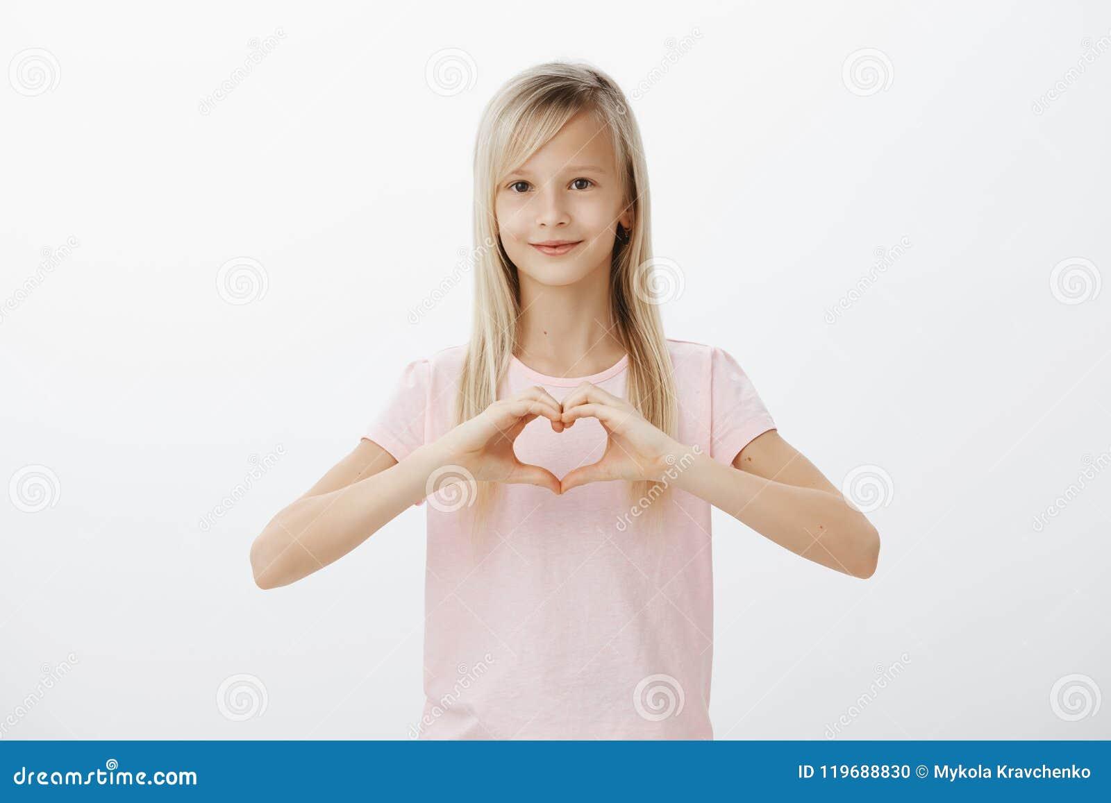 47908f936 Ame minha família e amigos Disparado da moça europeia bonito positiva com  cabelo justo
