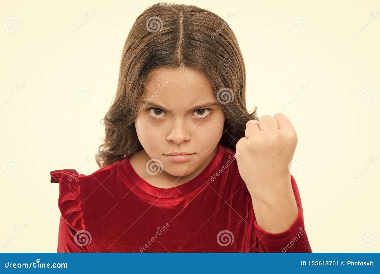 Amea?a com o ataque f?sico Ca?oa o conceito da agress?o Menina agressiva que amea?a bat?-lo Menina perigosa voc?