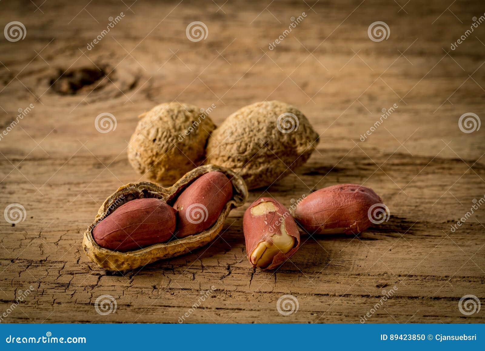 Amendoins na mesa de madeira