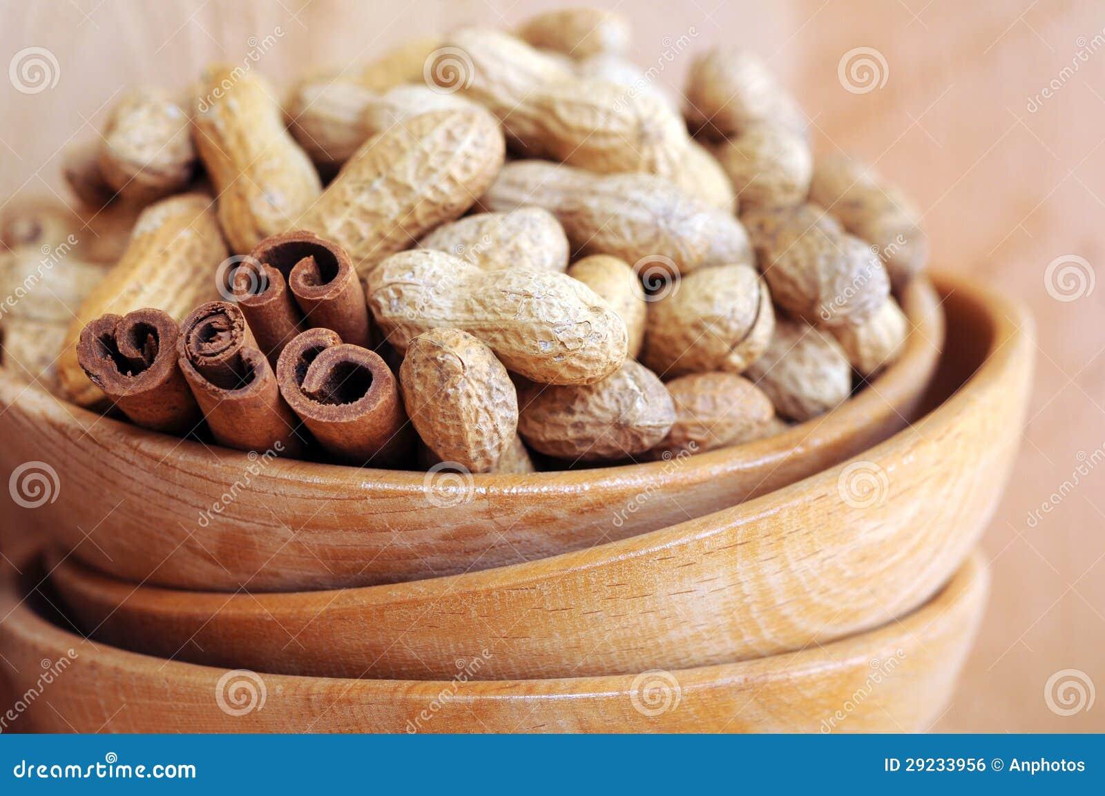 Download Amendoins nos escudos foto de stock. Imagem de proteína - 29233956