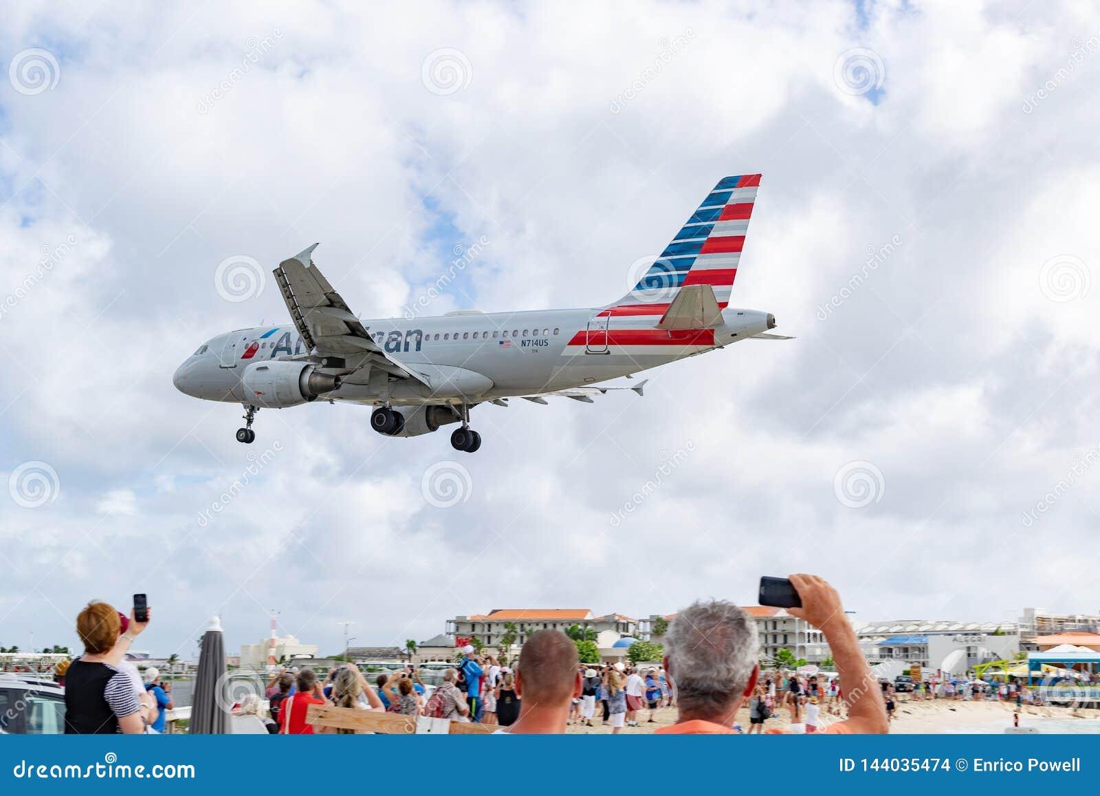 American Airlines-vliegtuigenluchtbus 319 die bij SXM voorbereidingen treffen te landen
