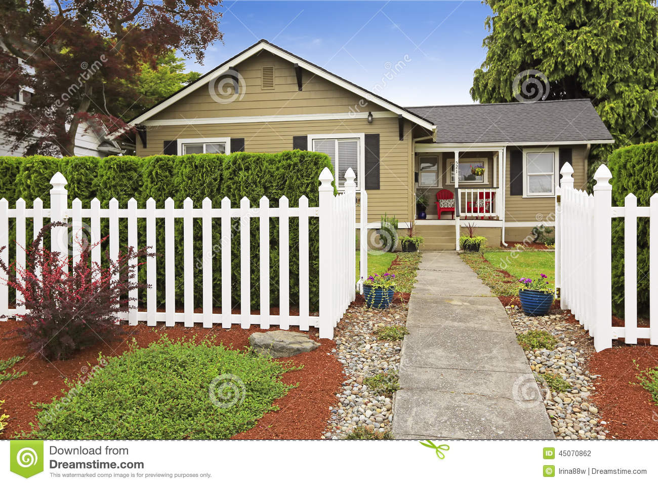 American house exterior with white wooden fence stock - Agrandire sa maison ...