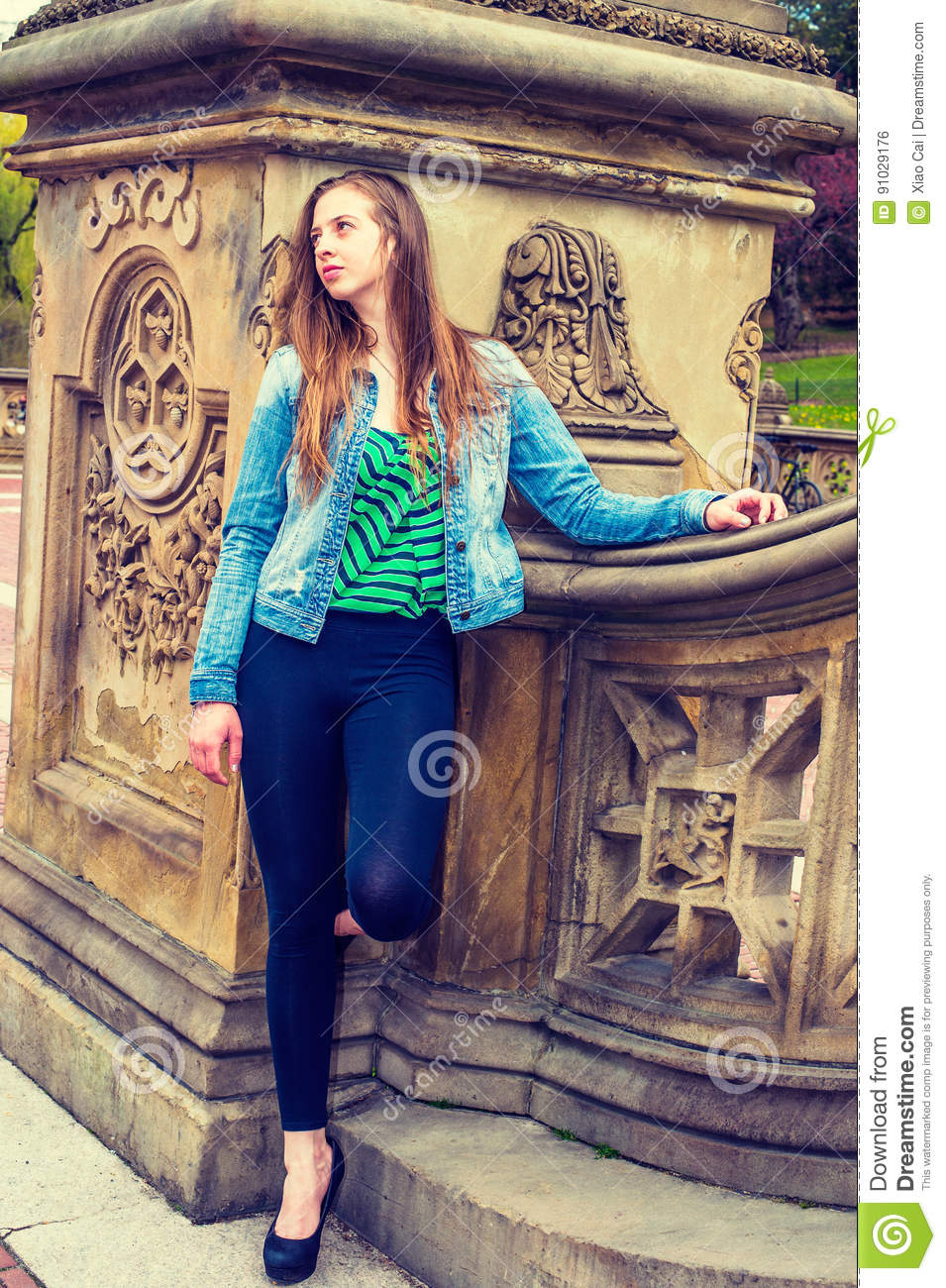 82a8e8fd4d7 American Teenage Girl Missing You At Central Park In New York. Stock ...