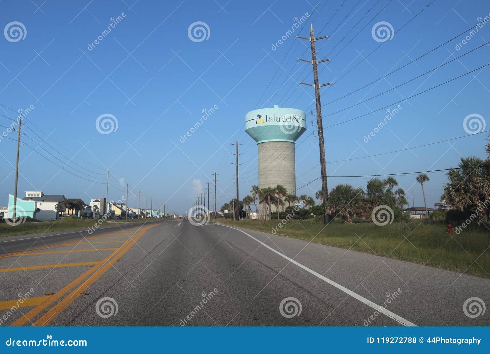 Amerika in de voorsteden, Texas, Verenigde Staten De mening van het perspectieflandschap van een weg, weg met watertoren en macht