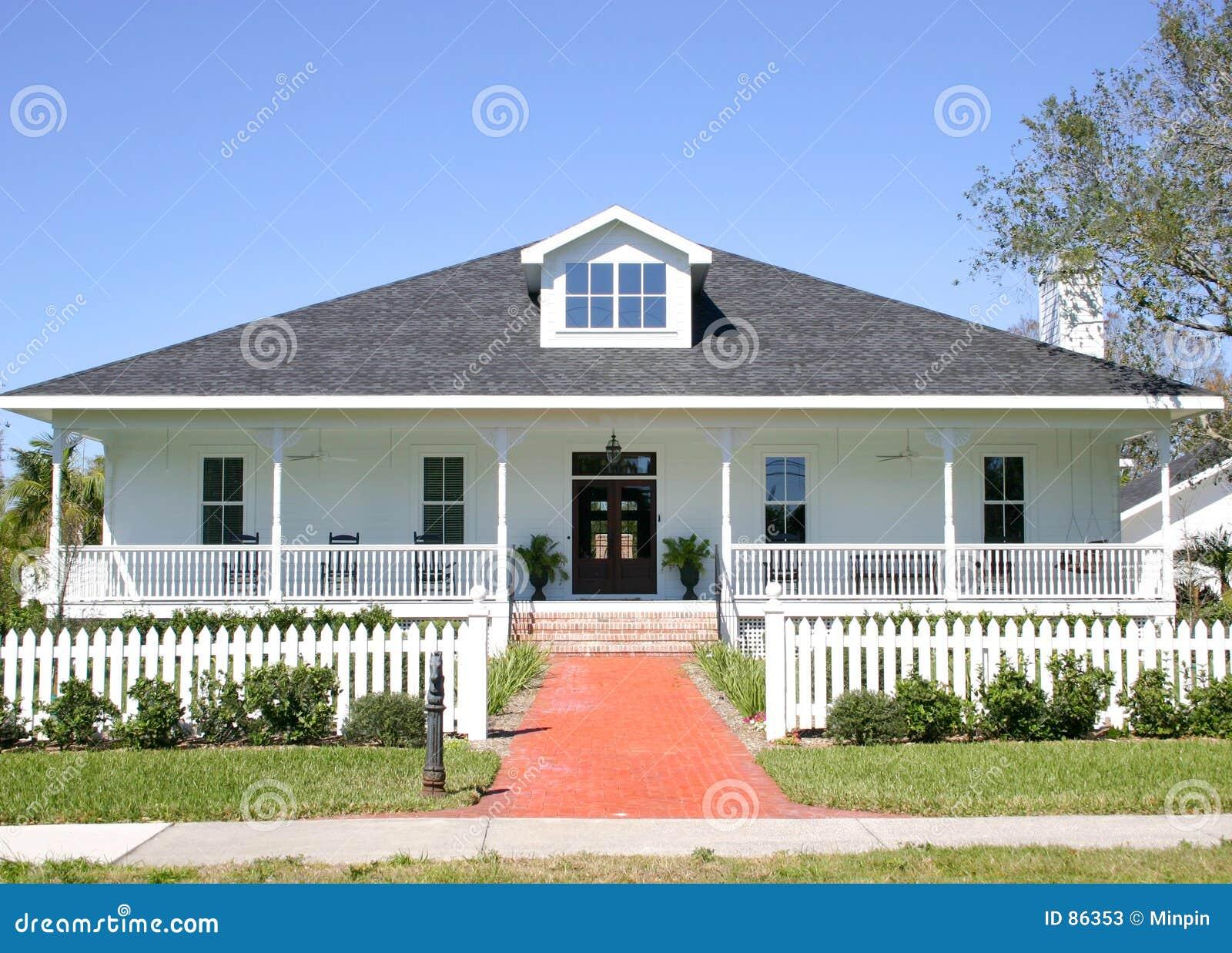 Amerikaans huis stock afbeelding afbeelding bestaande uit for Casa in stile ranch con portico