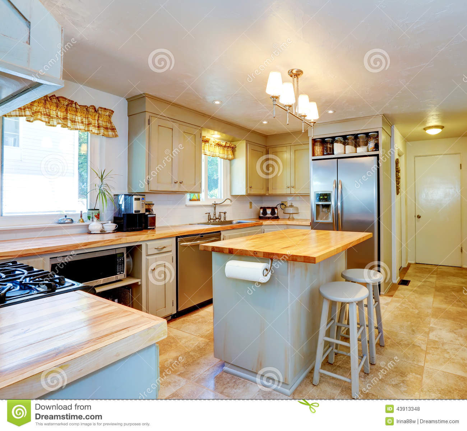 Amerikaans Huisbinnenland Keuken Met Eiland En Krukken Stock Foto ...