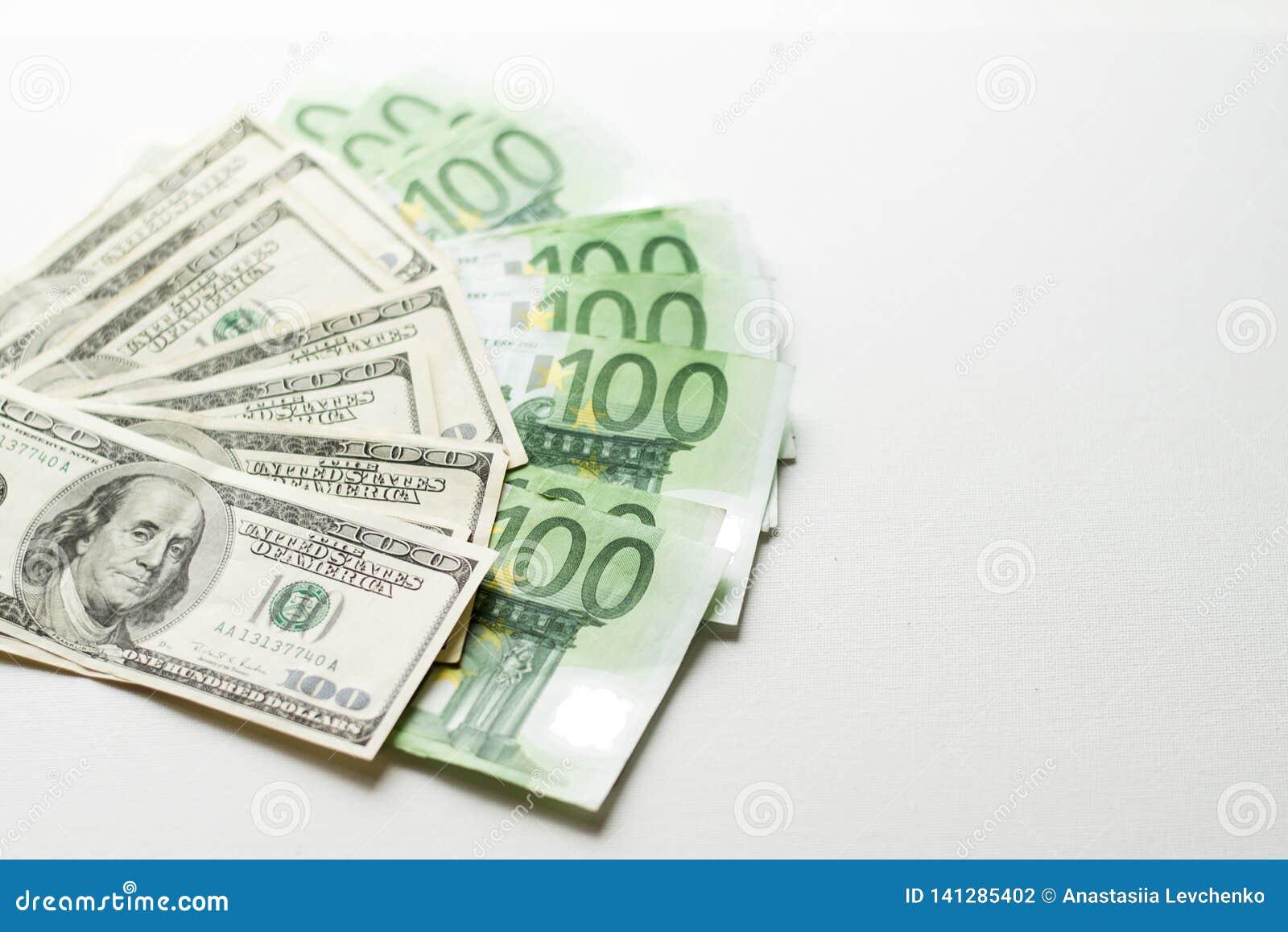 Amerikaanse dollars en euro bankbiljettentextuur witte Achtergrond van dollar honderd en euro rekeningen