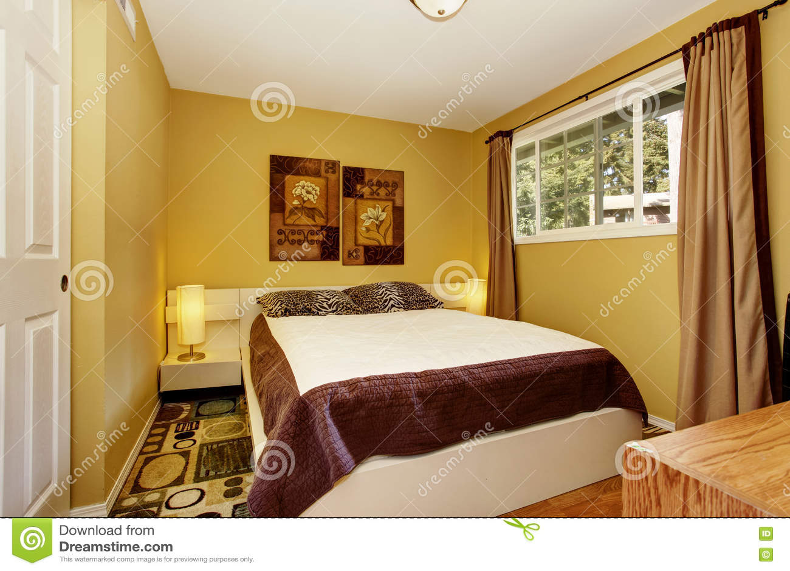 Slaapkamer Bruin Wit : Amerikaanse gele slaapkamer met wit en bruin beddegoed en