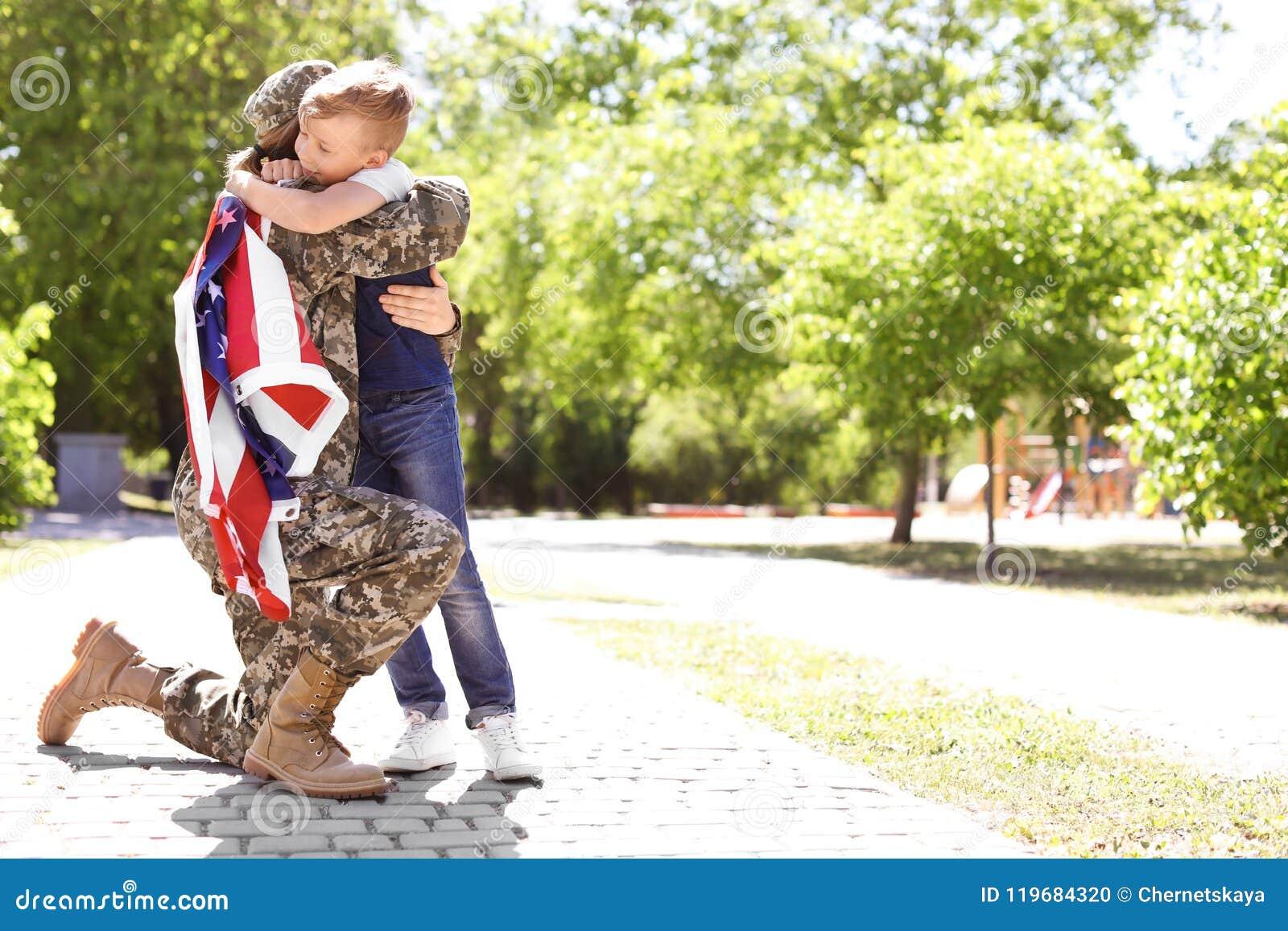 Amerikaanse militair met haar zoon in openlucht Legerdienst
