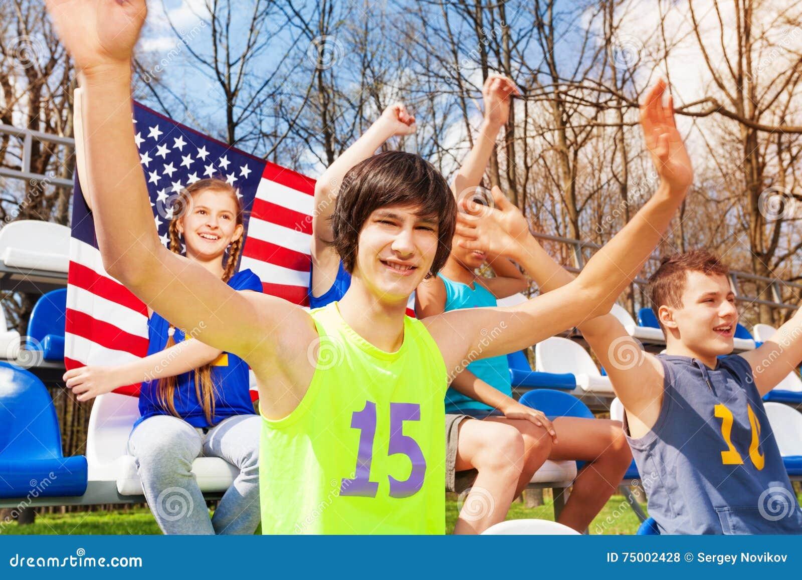 Amerikaanse tienersportventilators die op het spel letten