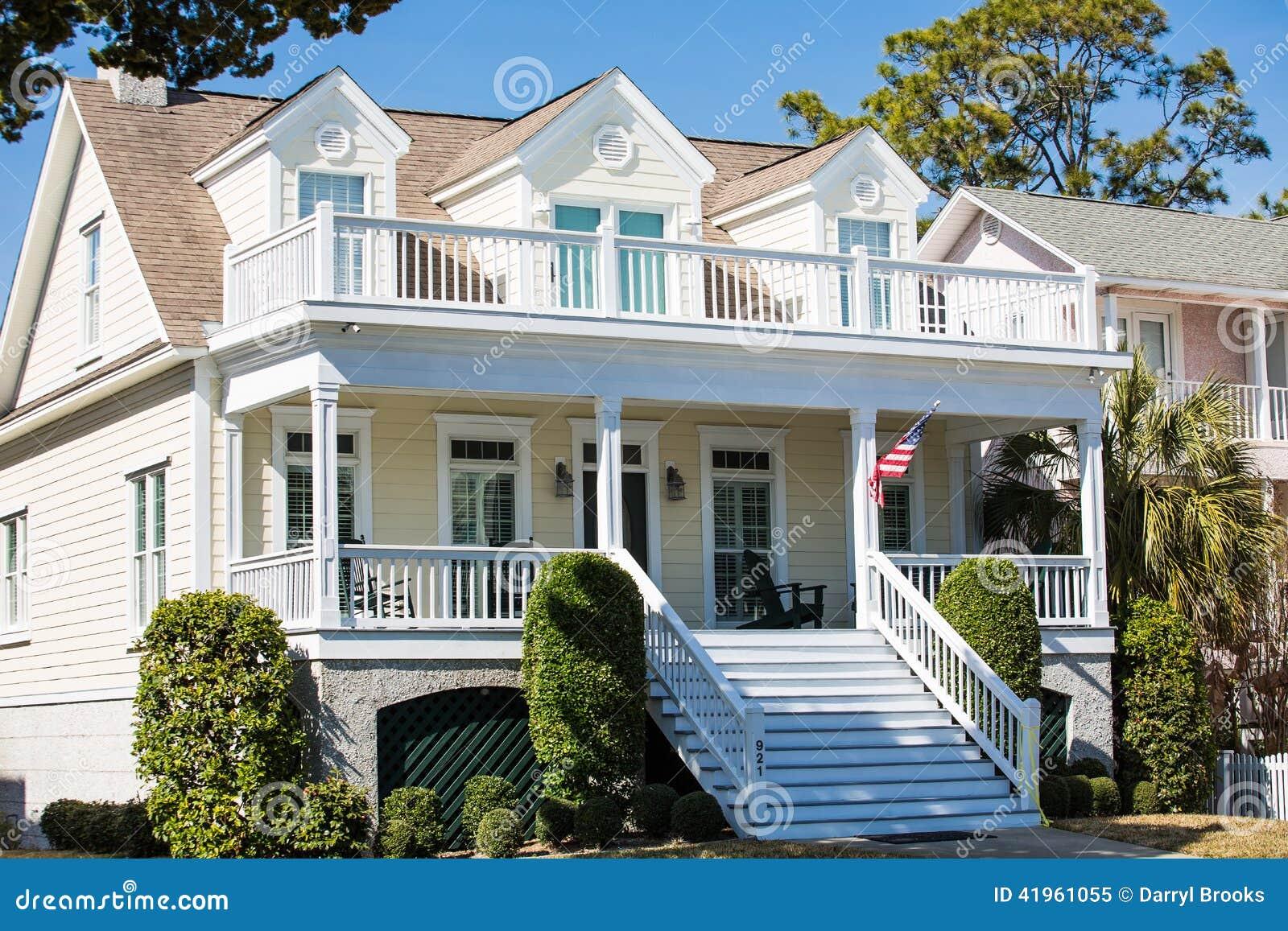 Amerikaanse vlag op traditioneel geel huis stock afbeelding afbeelding 41961055 - Foto huis in l ...