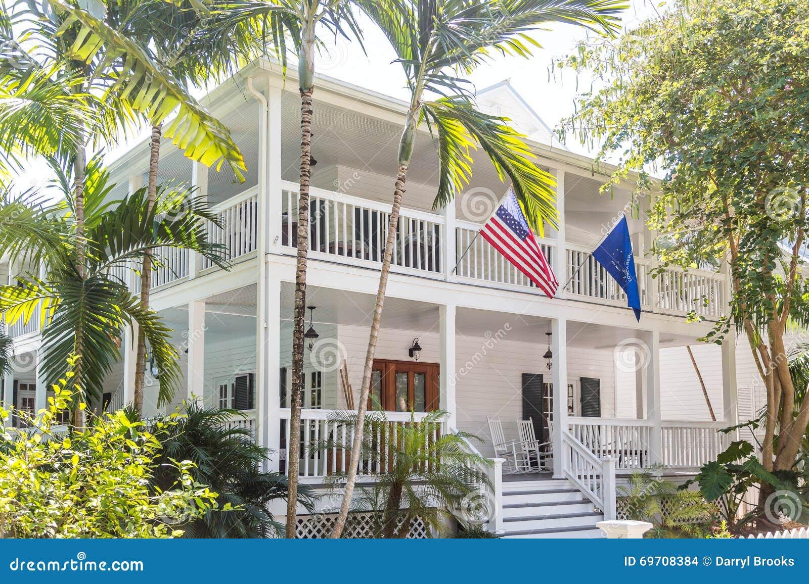 Amerikaanse vlag op wit houten huis met twee veranda 39 s stock foto afbeelding 69708384 - Huis met veranda ...