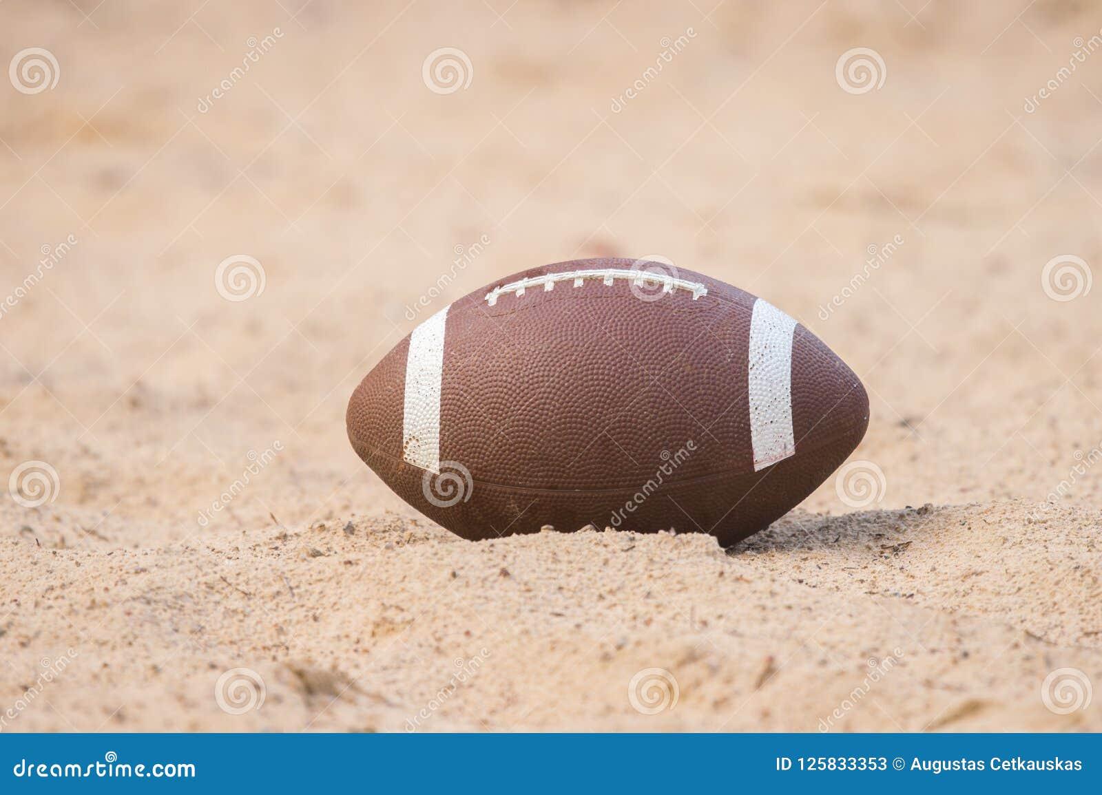 Amerikaanse voetbal in het zand op het strand