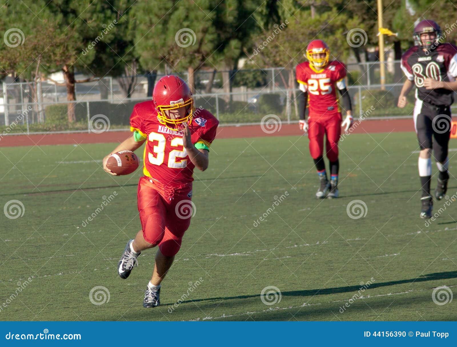 Amerikaanse Voetbalster die met de Bal lopen