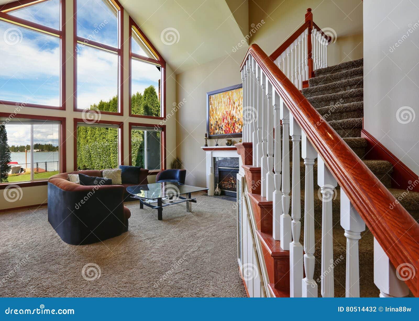 Schommelstoel Aan Het Plafond.Amerikaanse Woonkamer Met Hoge Gewelfde Plafond En