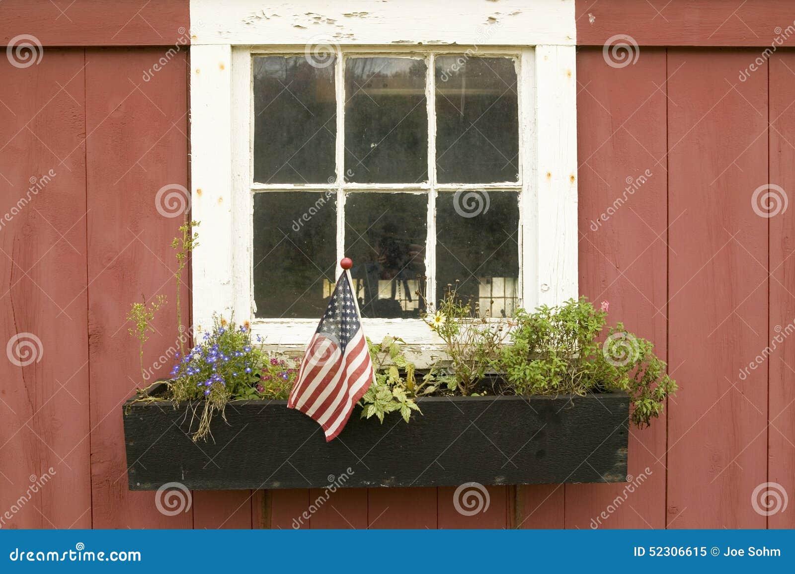 Amerikanische Flagge weg angezeigt im Blumentopf des Hausfensters von Manchester-Straße, St. Louis County, Missouri