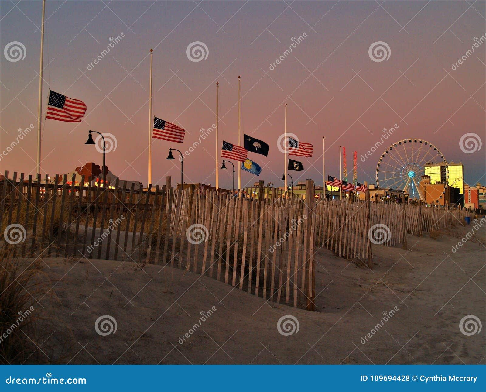 Amerikanische Flaggen, die auf Halbmast fliegen