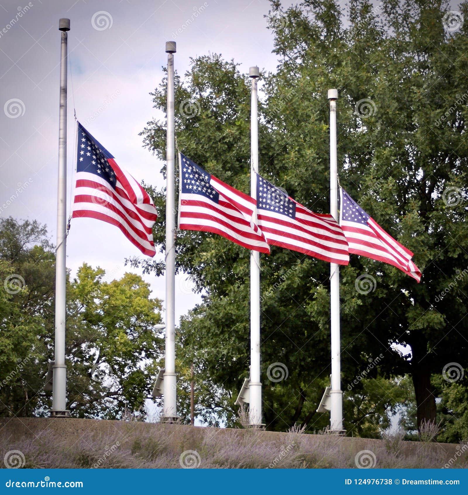 4 amerikanische Flaggen am Halbmast