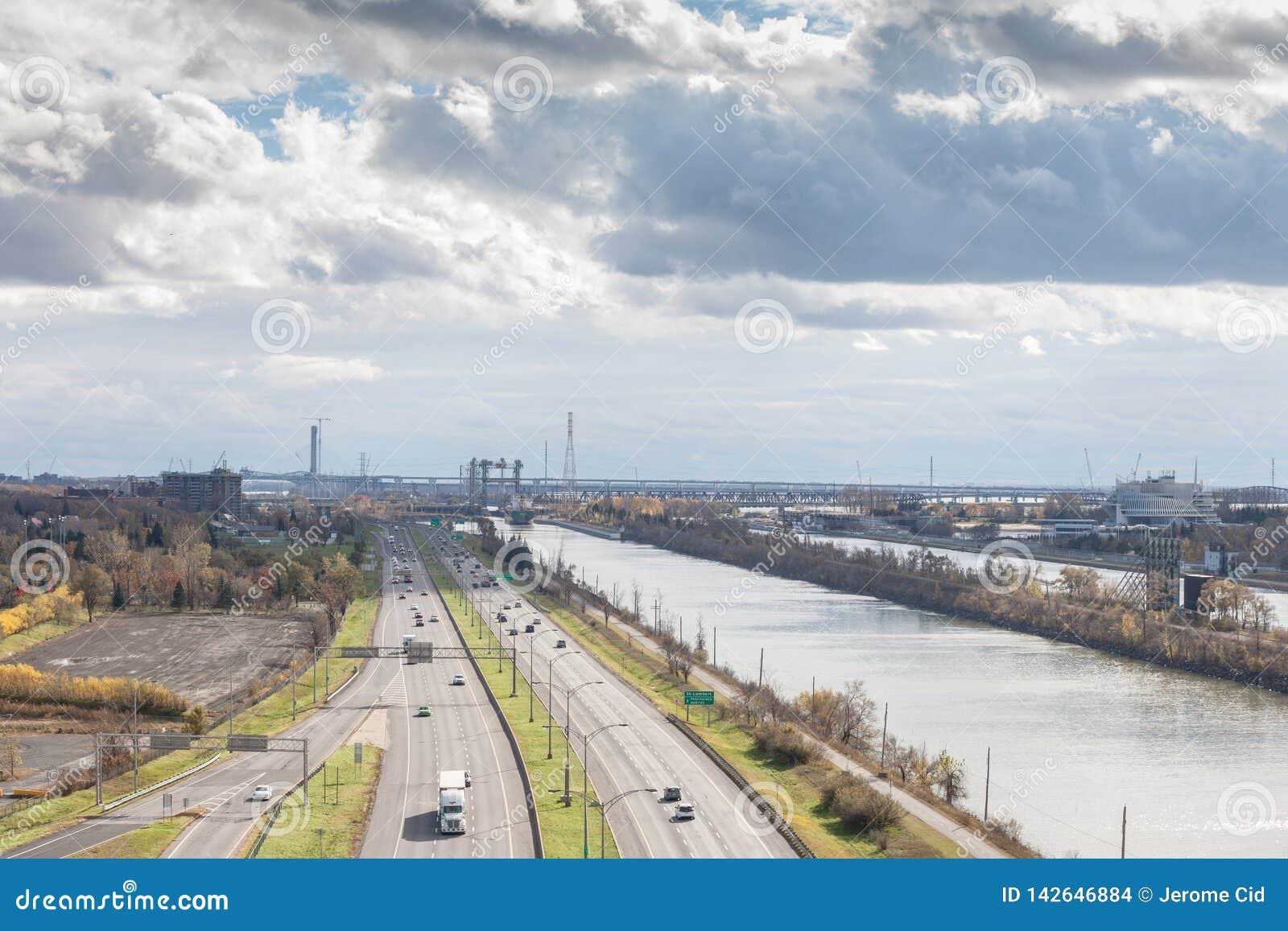 Amerikanische Industrielandschaft in Longueuil, im Südufer Rive Seifenlösungsvorort von Montreal, Quebec, mit großer Schnellstraß