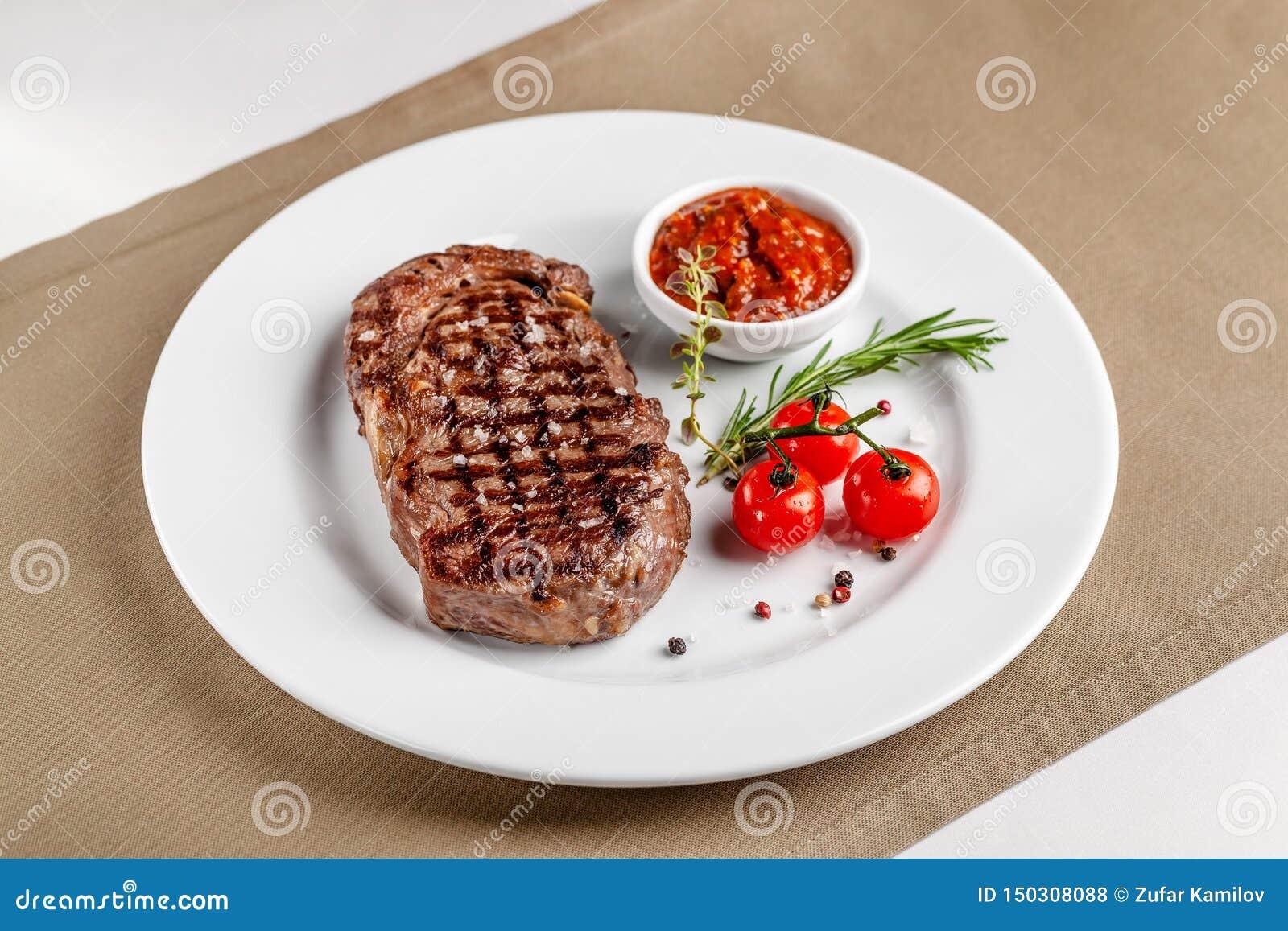 Amerikanische Kche Rindfleischsteak Mit Roter Bbq Tomatensauce Und Kirschtomaten Ein Glas K ...