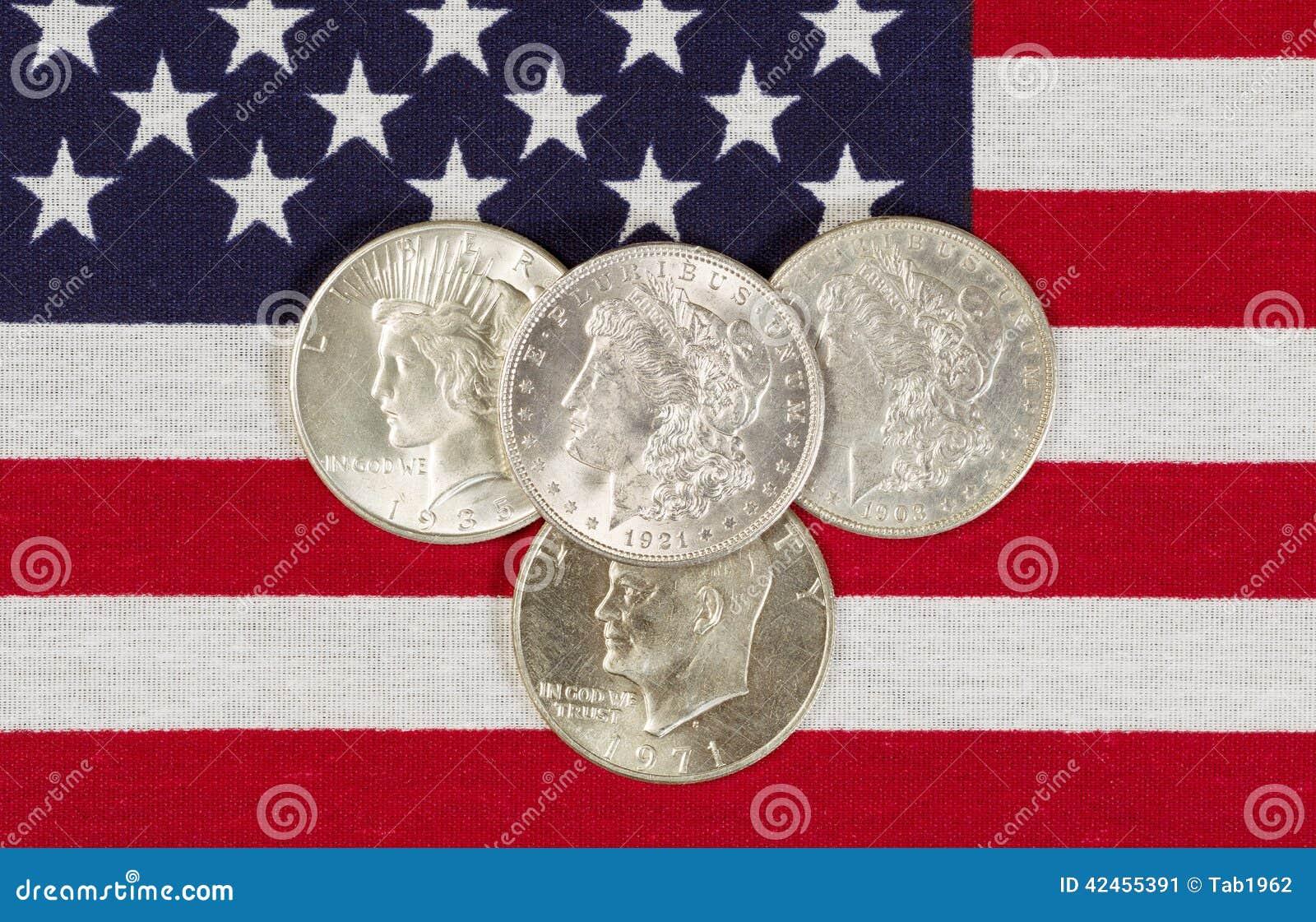 Amerikanische silberne Dollar und USA-Flagge