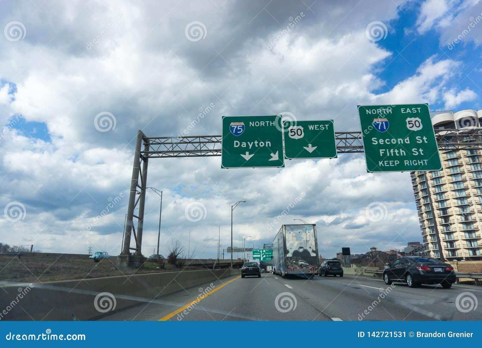 Amerikanischer Autoreiseschnappschuß nahe Cincinnati hinunter I-75