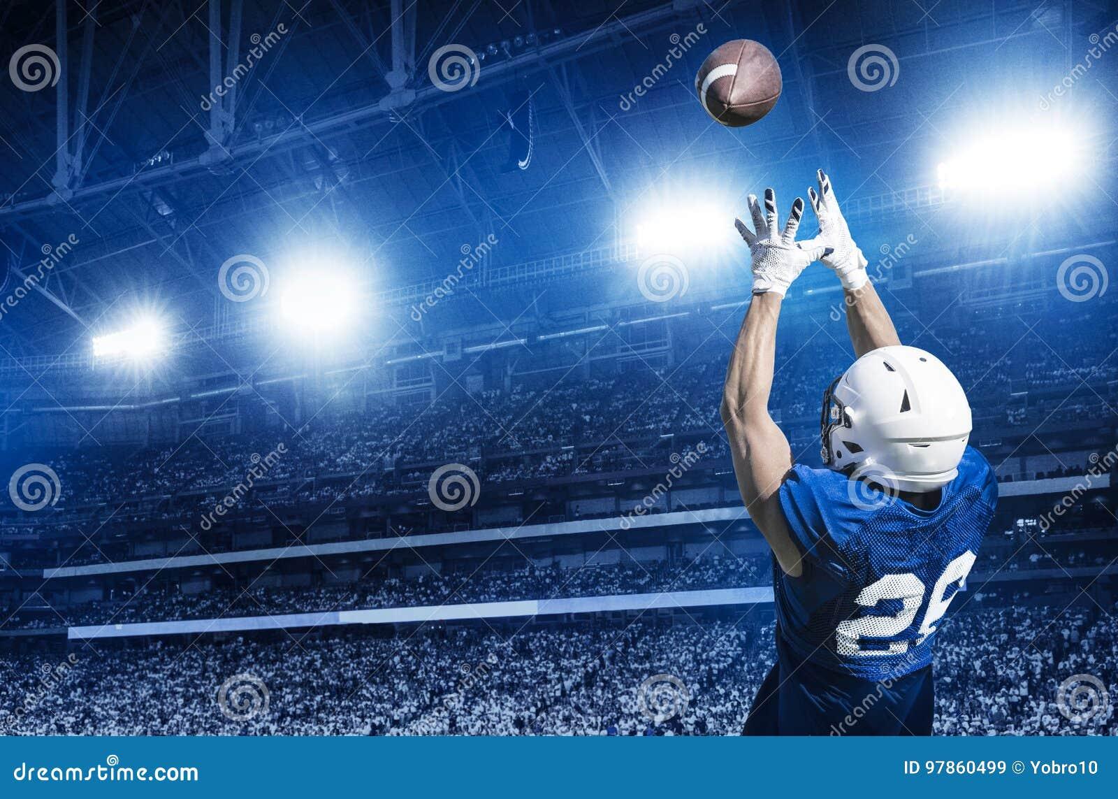 Amerikanischer Fußball-Spieler, der einen Touchdown-Pass fängt
