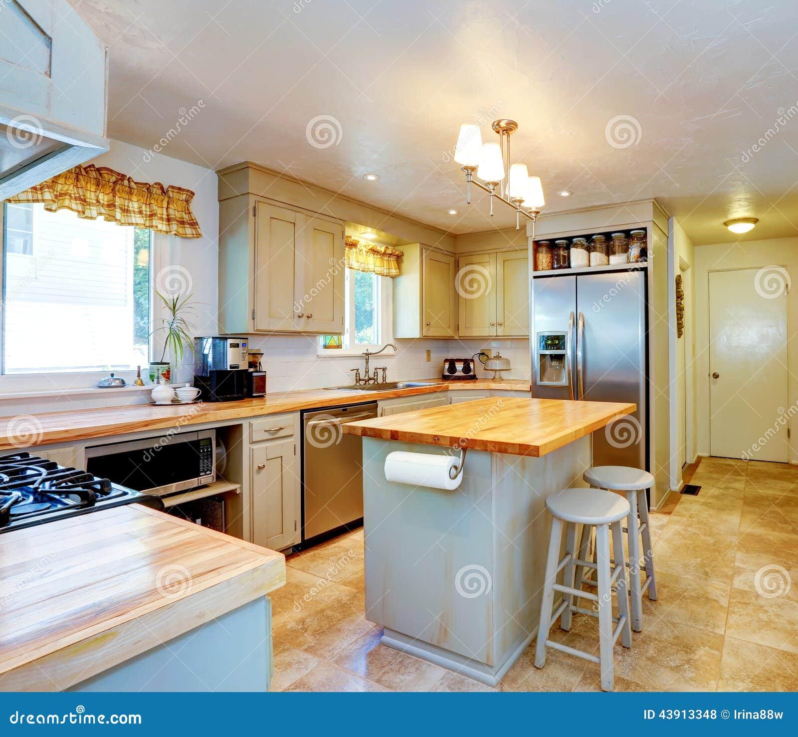 Amerikanischer hausinnenraum küche mit insel und schemeln ...