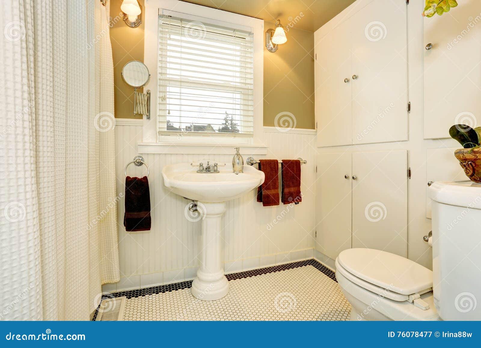 Amerikanisches Badezimmer In Den Weißen Tönen Mit Weißer Wanne Und