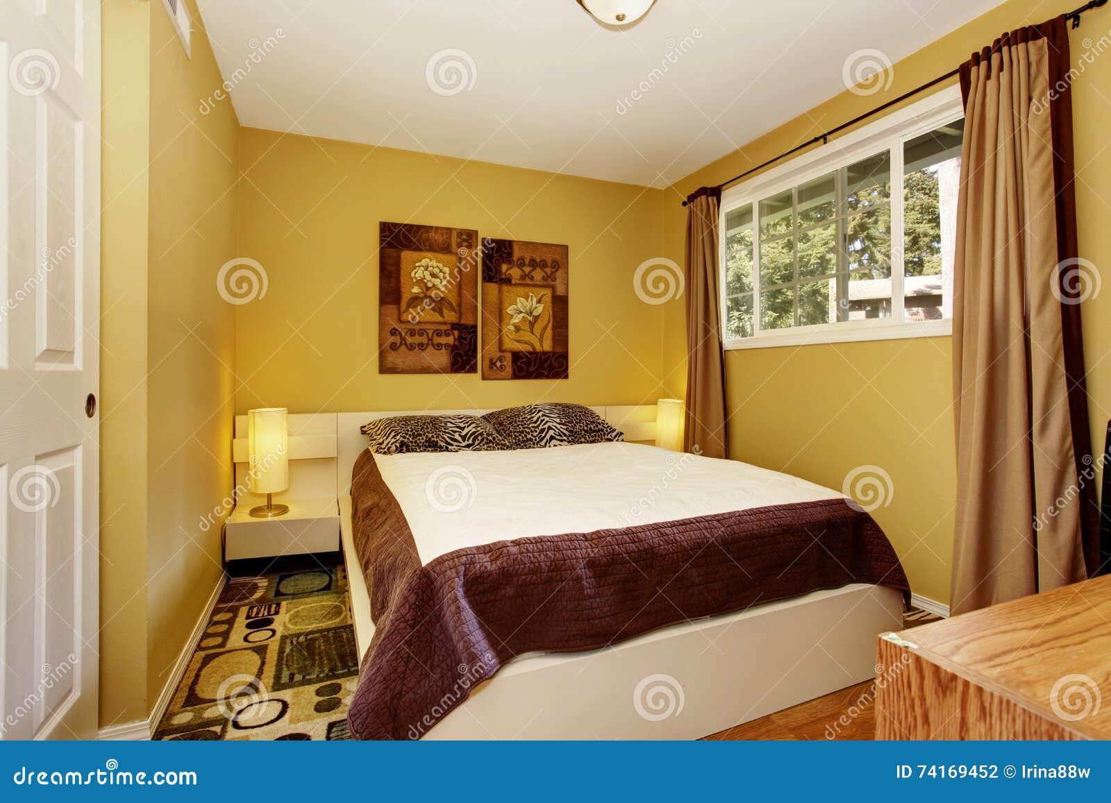 Amerikanisches Gelbes Schlafzimmer Mit Weißer Und Brauner Bettwäsche ...