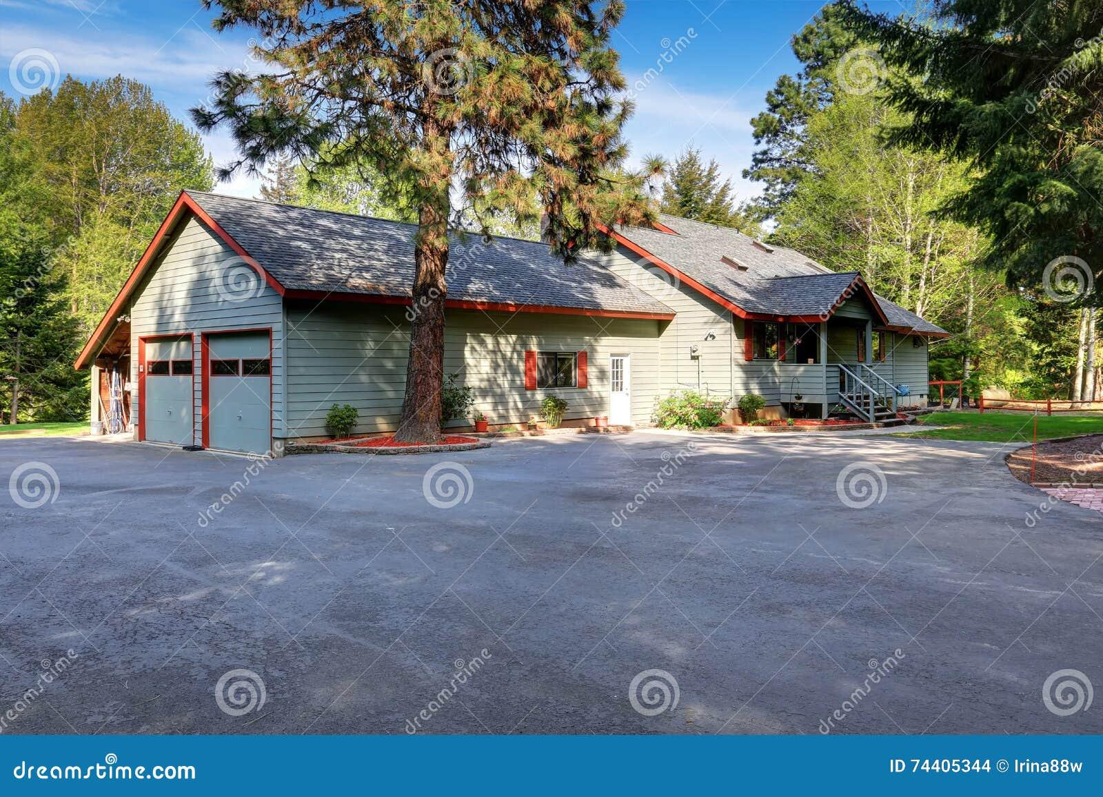 Geräumig Amerikanisches Landhaus Galerie Von Pattern Außen Mit Breiter Asphaltfahrstraße Stockfoto -