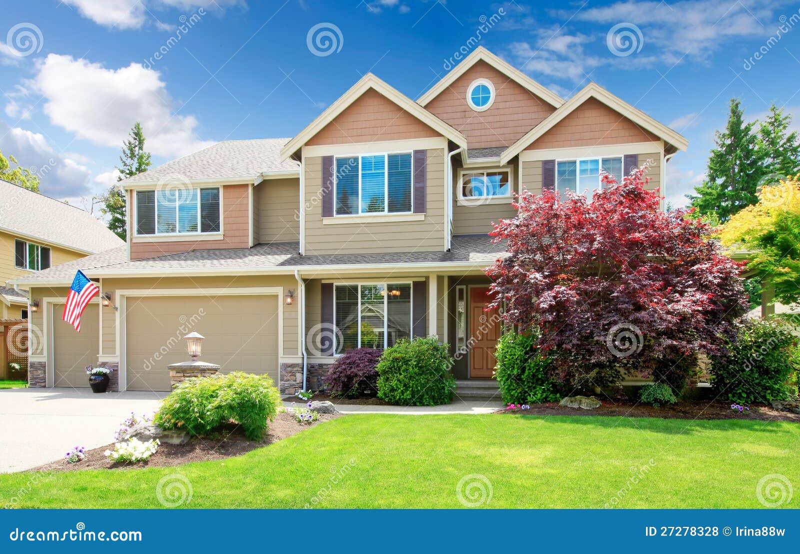 Amerikansk beige lyxig stor husfasadyttersida.