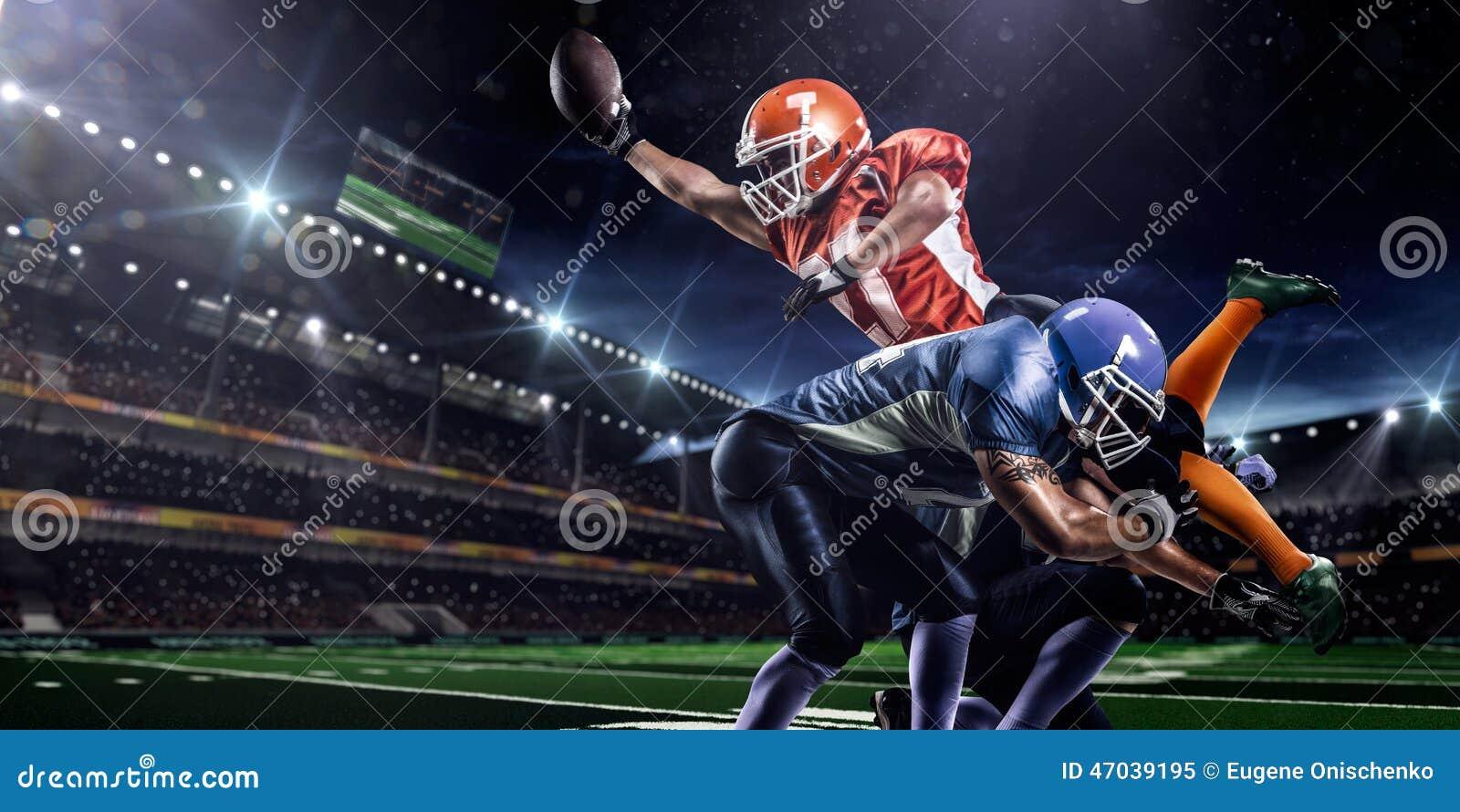 Amerikansk fotbollsspelare i handling på stadion