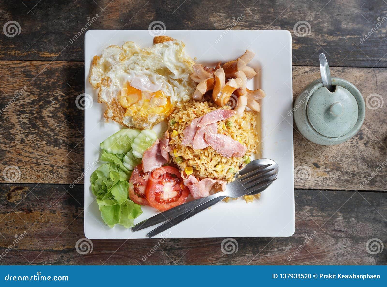 Amerikansk stekt rice är en thailändsk maträtt för stekte ris med 'amerikanska 'sidoingredienser som stekt kyckling, skinka, varm