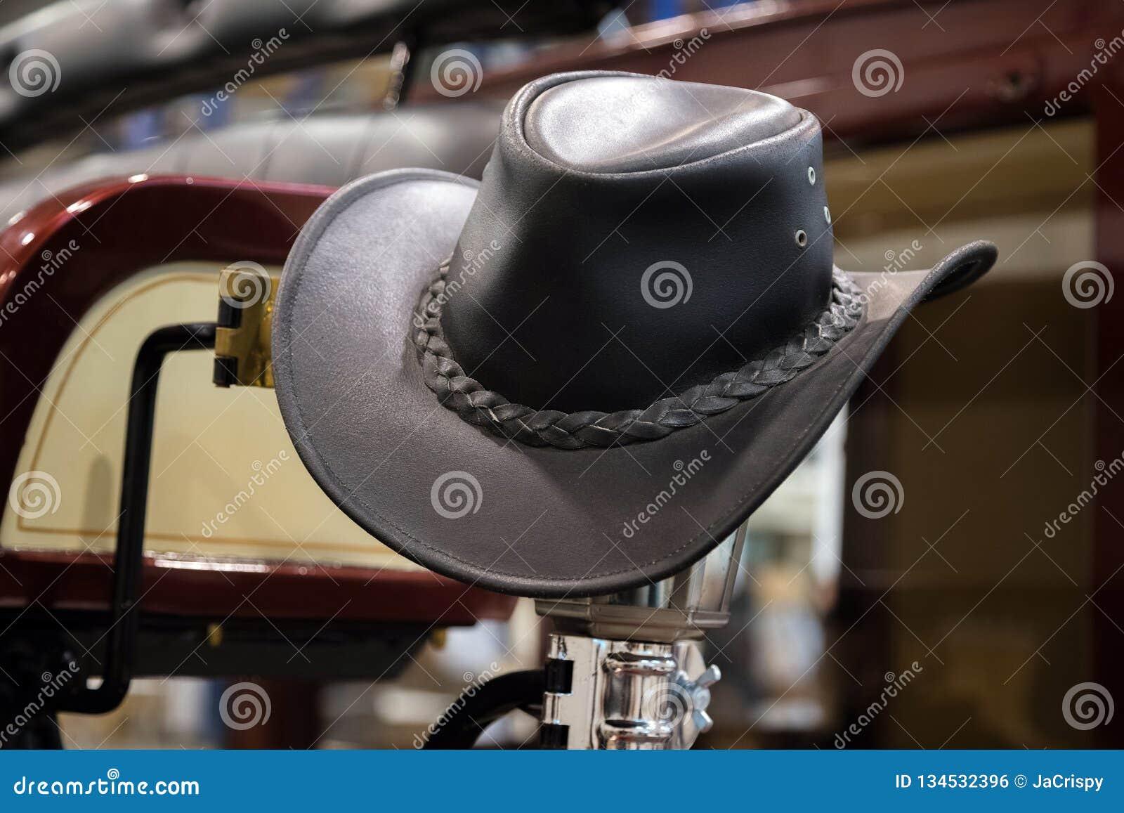 Amerikansk västra hatt för läder för rodeocowboysvart i gammal träranchladugård