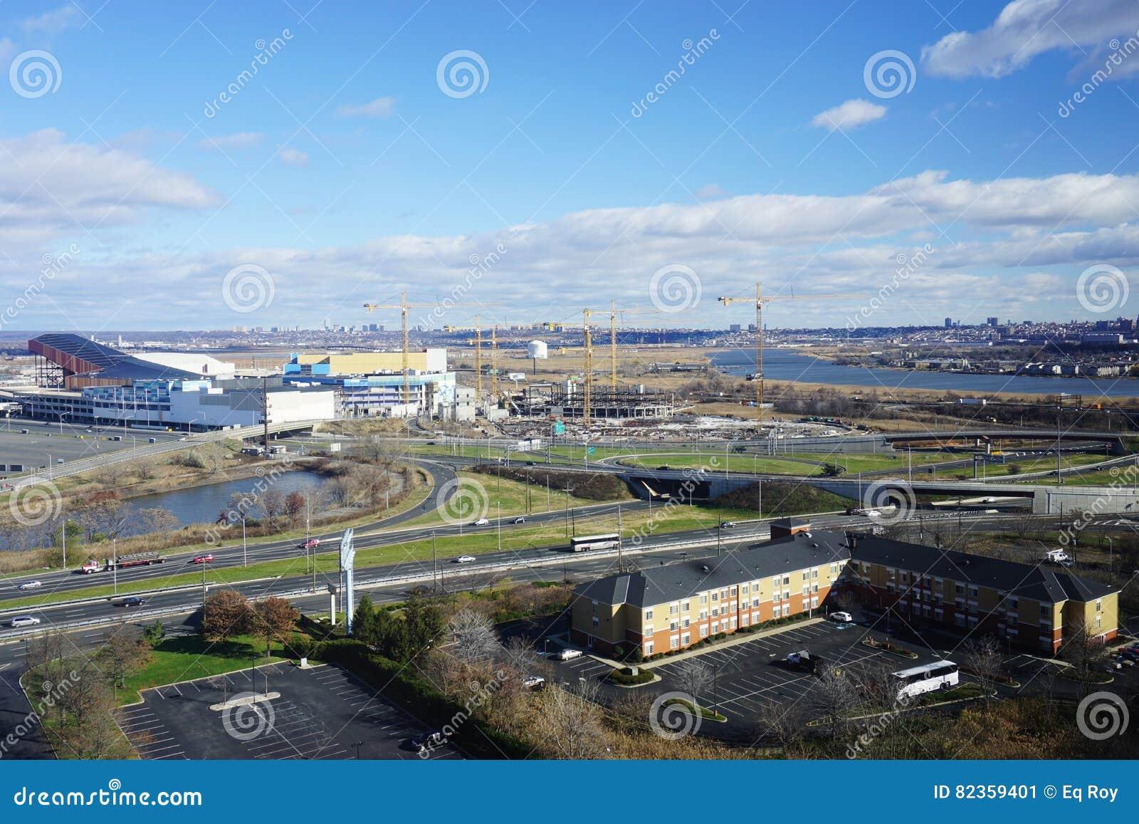 Amerikanska drömmenmeadowlandsna detaljhandel och underhållningkomplex under konstruktion i nytt - ärmlös tröja