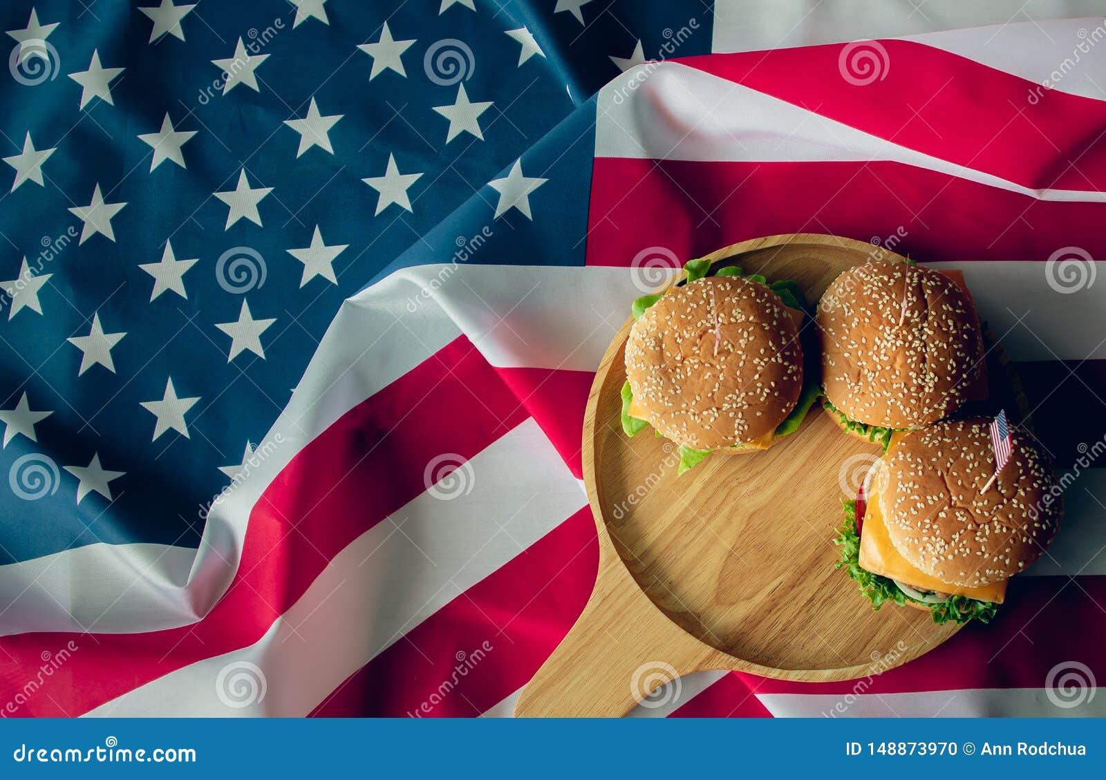 Amerikanska flaggan och hamburgare som ?r symbolet av landet