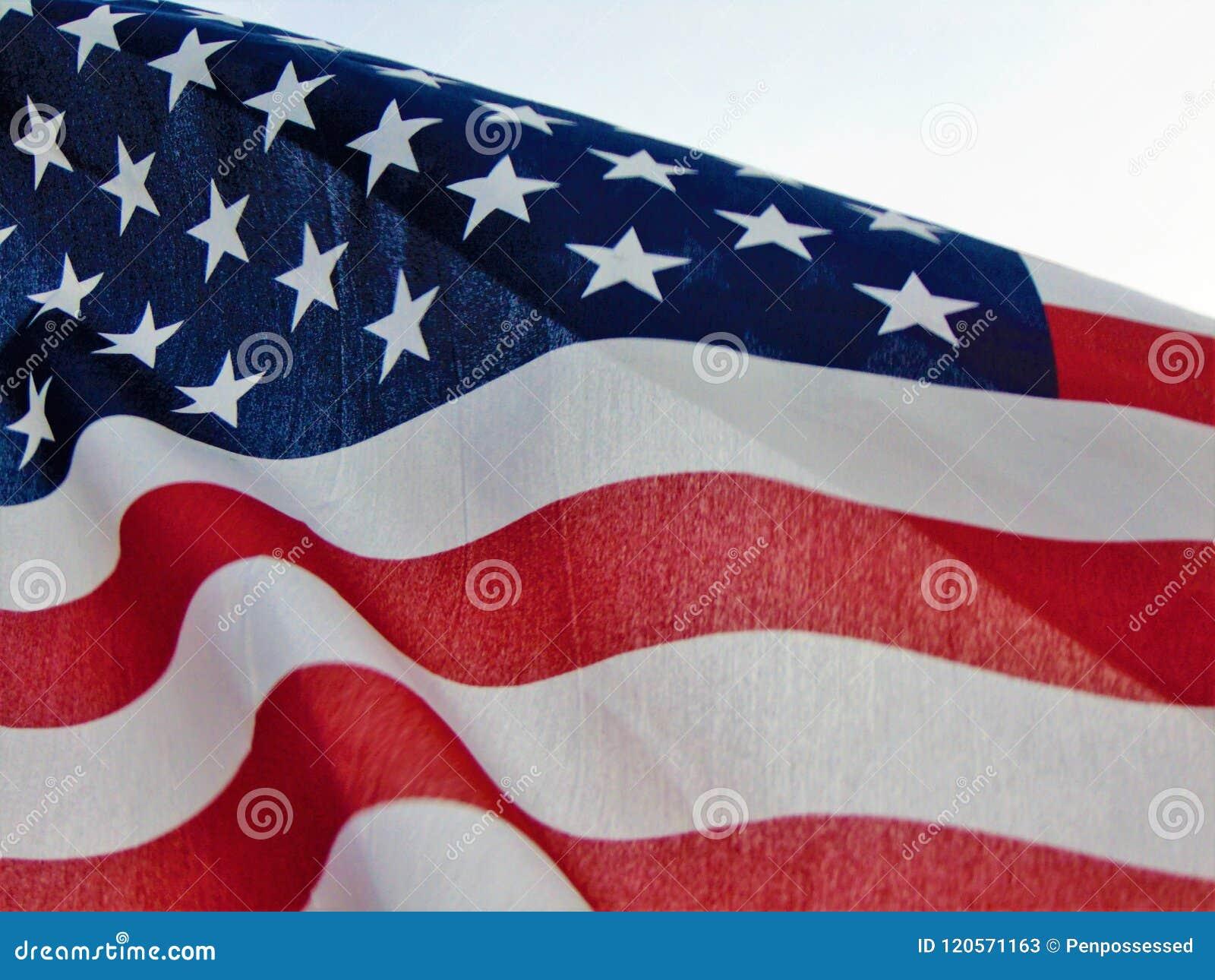 Amerikanska flaggan som vinkar i vind