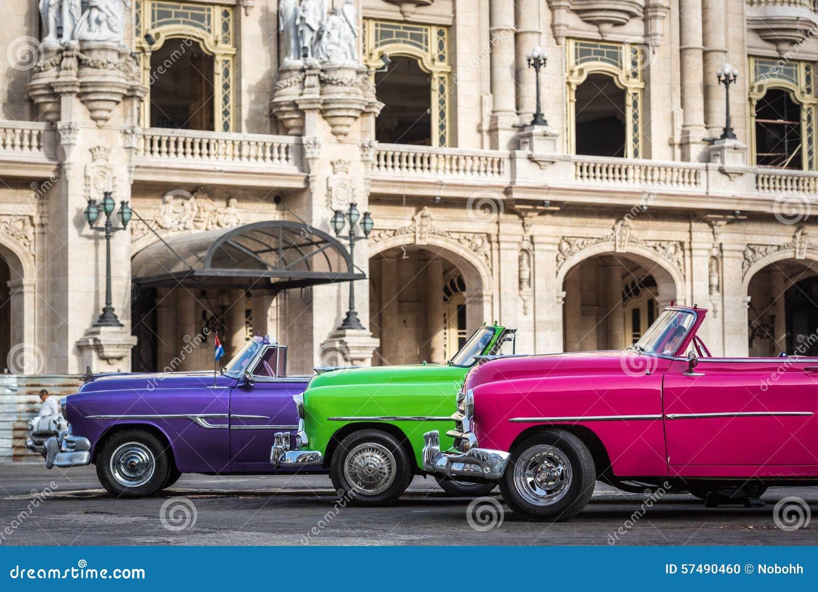 Amerikanska klassiska bilar för HDR Kuba som parkeras på gatan i havannacigarr